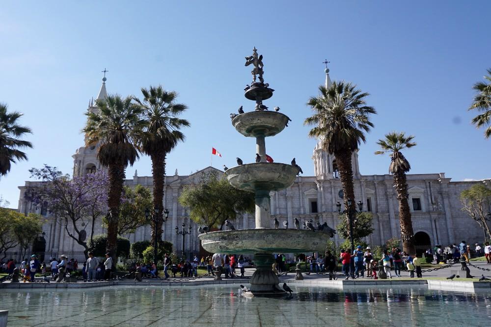 Perù: Plaza de Armas di Arequipa con edifici in sillar
