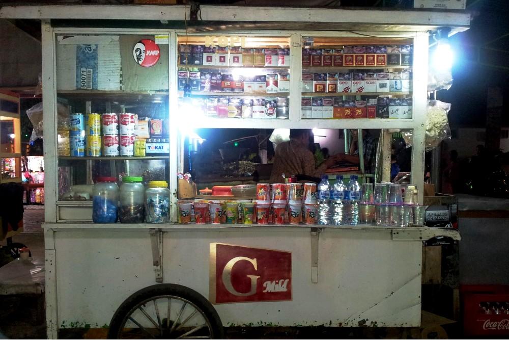 Chiosco per le strade di Bondowoso sull'Isola di Giava in Indonesia