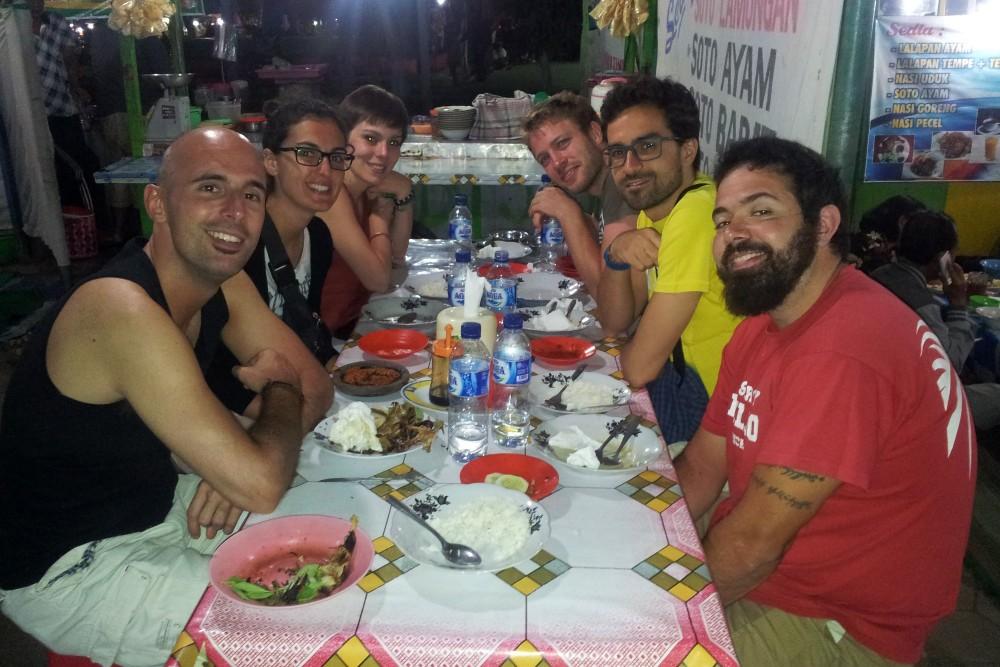 Foto di gruppo durante la cena indonesiana in un warung di Bondowoso sull'Isola di Giava