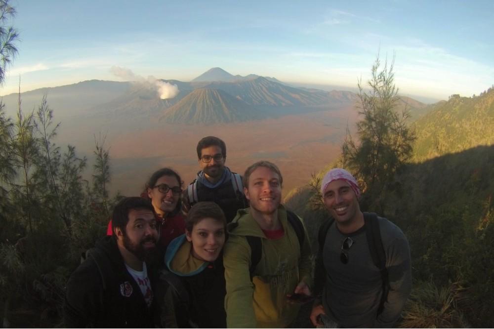 Foto di gruppo durante l'escursione al Monte Bromo nel Parco Nazionale Bromo-Tengger-Semeru sull'Isola di Giava in Indonesia