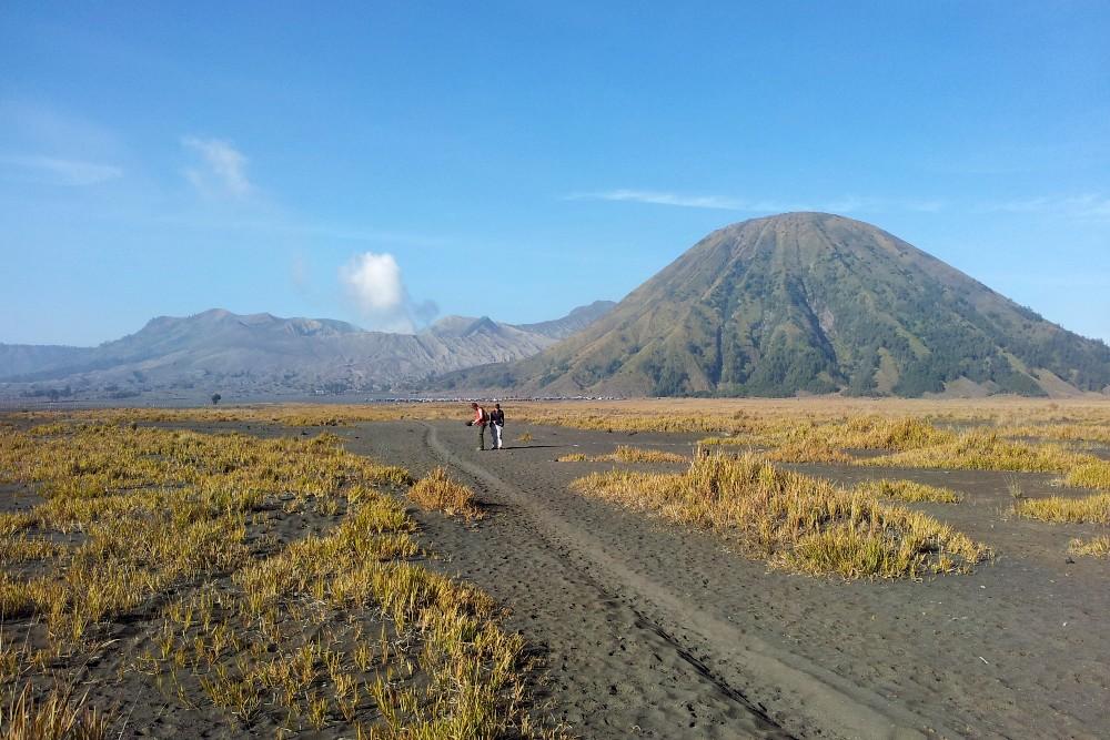 Camminata nel Sea of Sand nella caldera del Tengger per arrivare al Vulcano Bromo