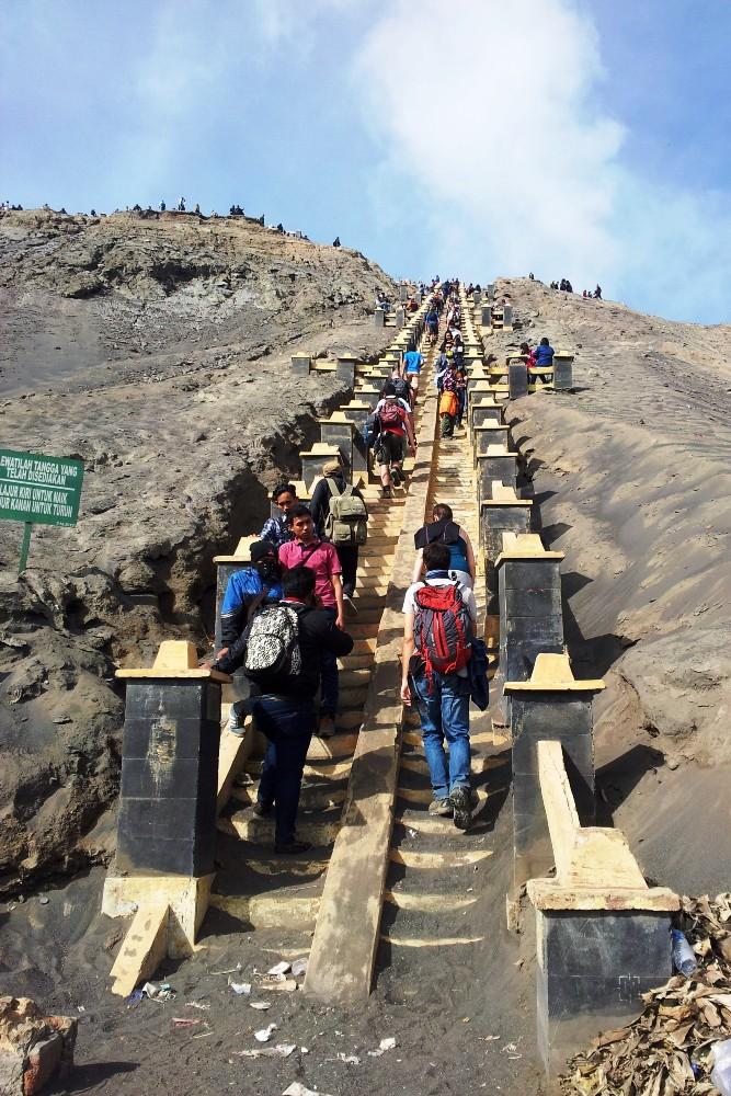 Scalinata per arrivare al cratere del vulcano Bromo