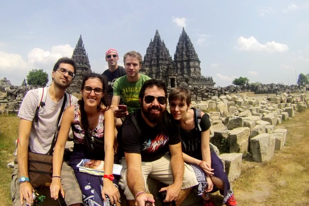 Davanti ai templi induisti del complesso Prambanan a Yogyakarta sull'Isola di Giava