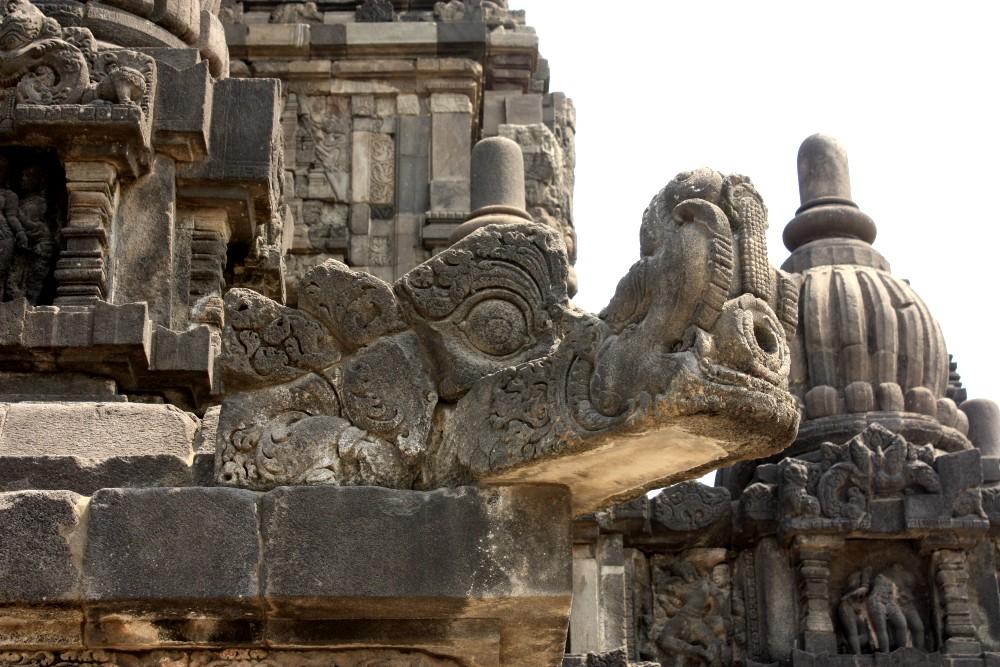 Dettaglio in pietra di un tempio induista del complesso Prambanan a Yogyakarta sull'Isola di Giava