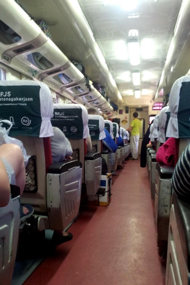 Sul treno da Giacarta a Yogyakarta durante il viaggio sull'Isola di Giava in Indonesia