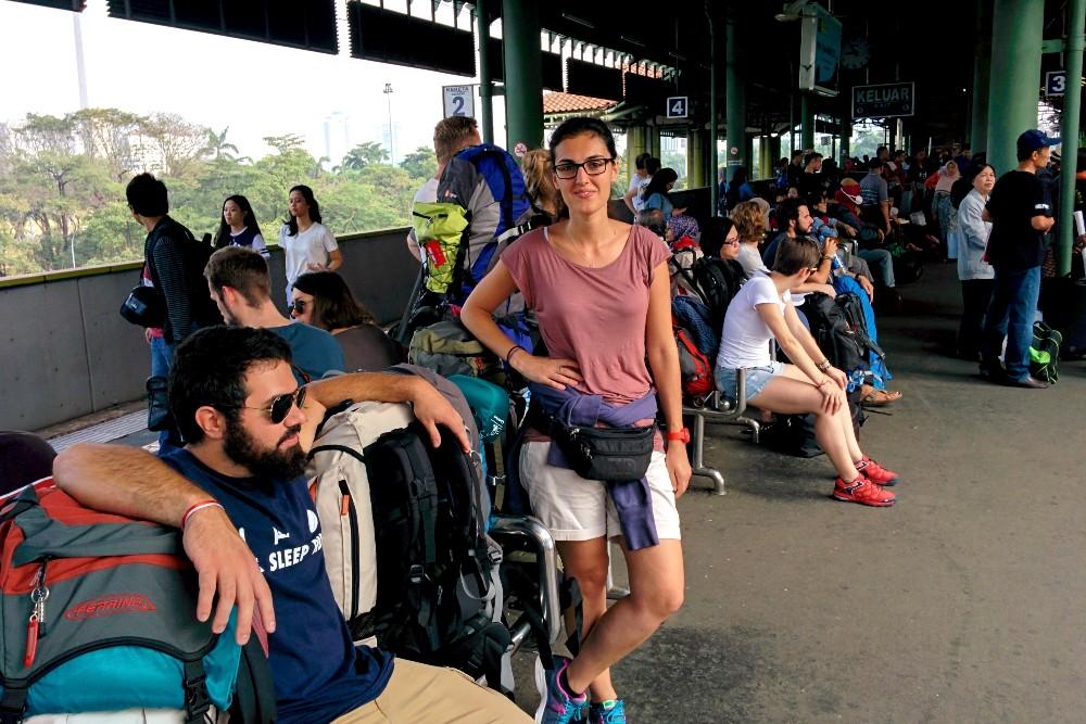 In attesa del treno alla stazione di Gambir a Giacarta, la capitale di Giava, per raggiungere Yogyakarta