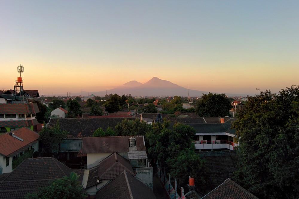 Veduta di Yogyakarta dalla camera del Greenhost Boutique Hotel Prawirotaman con il vulcano Merapi sullo sfondo