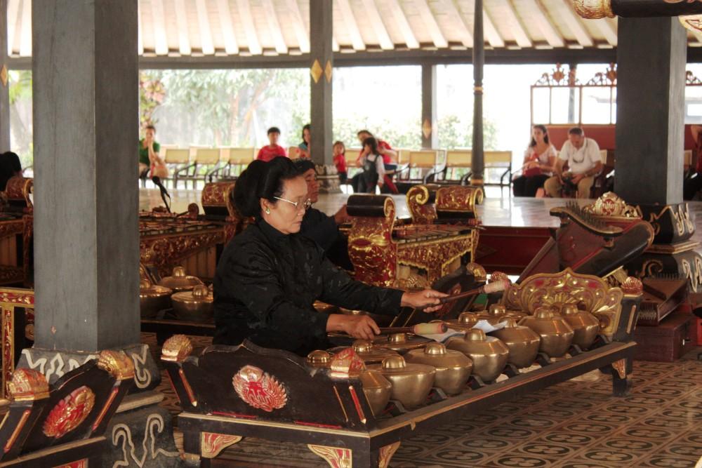 Spettacolo di Gamelan durante la visita al Palazzo Reale (Kraton) di Yogyakarta