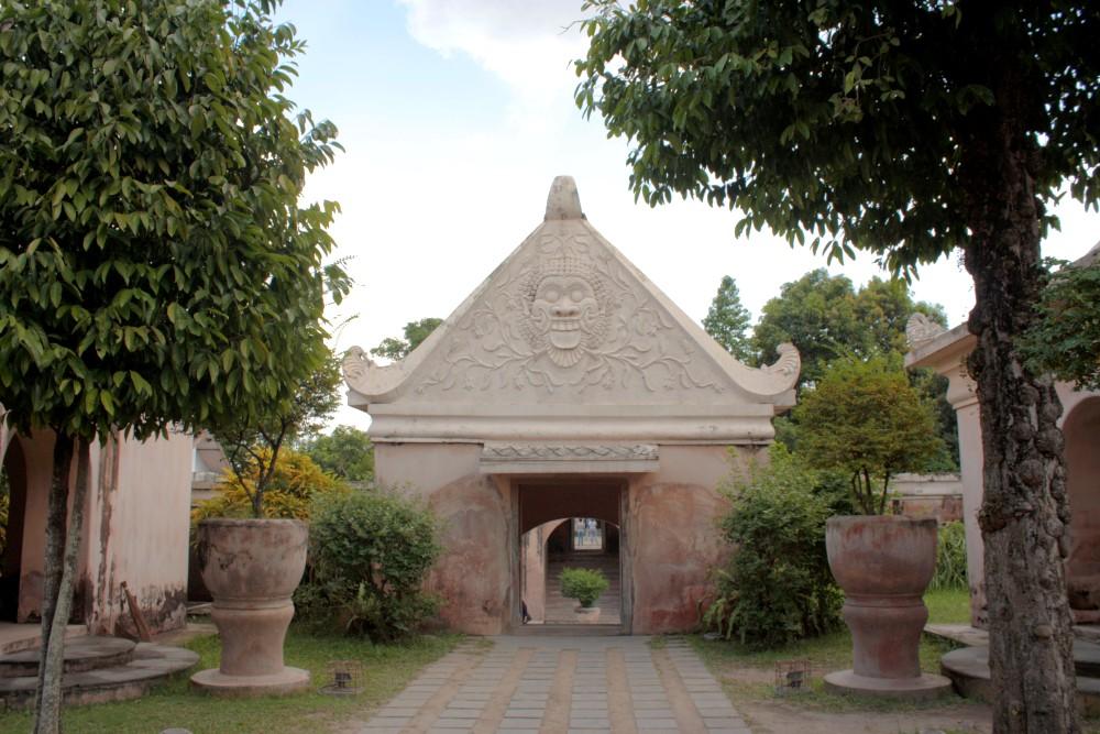 Portale decorato nel Castello sull'Acqua (Taman Sari) a Yogyakarta sull'Isola di Giava in Indonesia