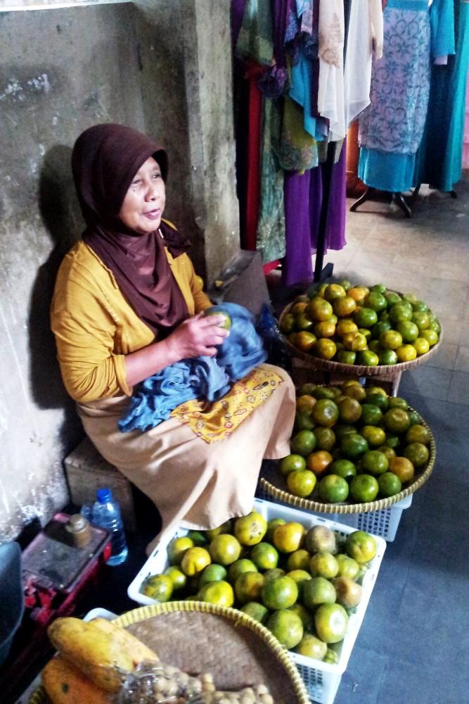 Signora che vende le arance indonesiane nel Pasar Beringharjo a Yogyakarta sull'Isola di Giava