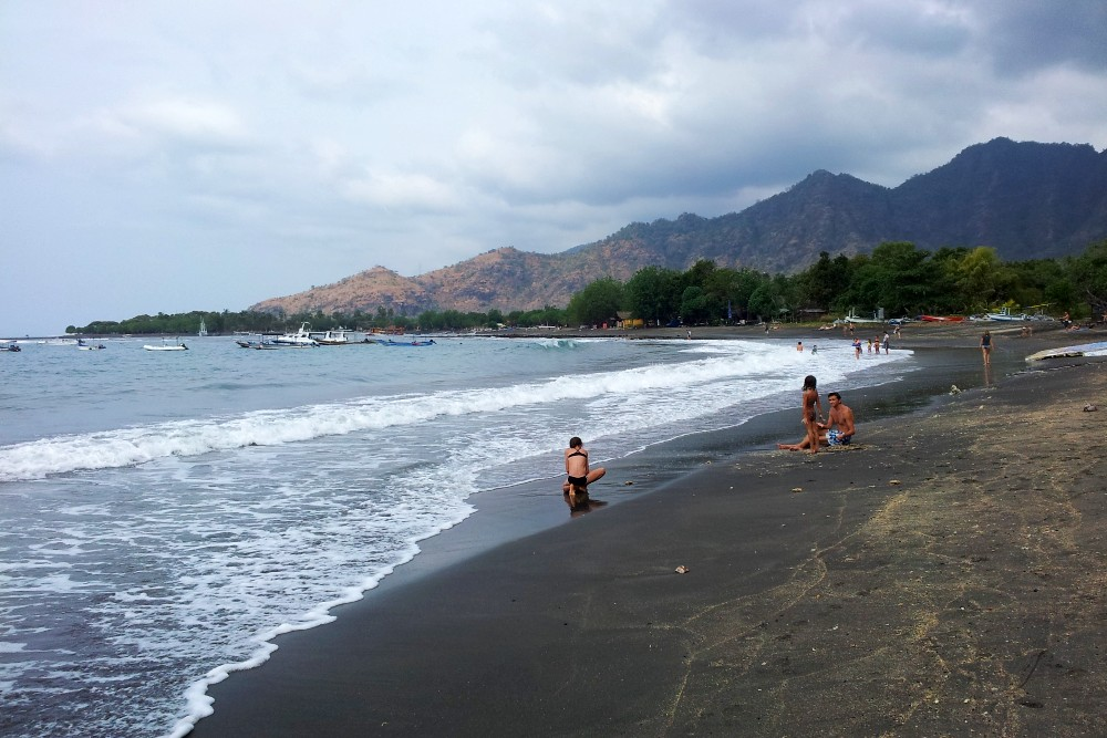 Spiaggia vulcanica di Pemuteran incorniciata dalle montagne a Bali in Indonesia.