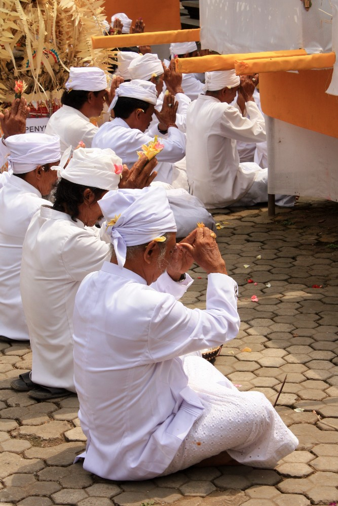 Balinesi che pregano durante una cerimonia al Pura Ulun Danu Beratan in Indonesia.