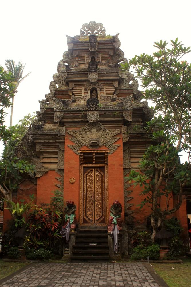 Portale decorato del Palazzo Reale di Ubud (Puri Saren Agung) a Bali in Indonesia.
