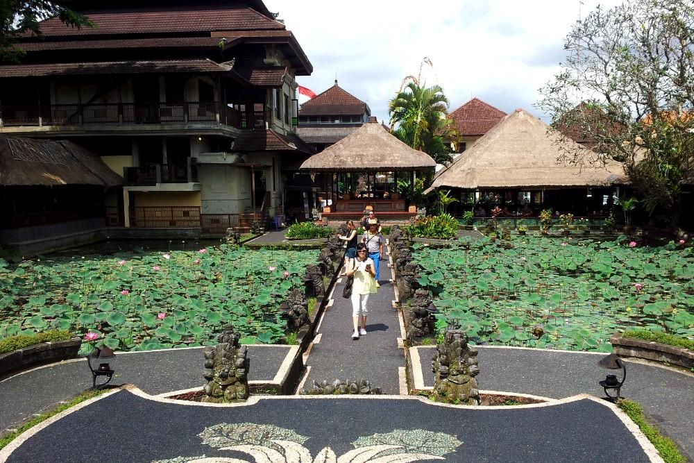 Laghetto con fiori di loto al Pura Taman Saraswati nella cittadina di Ubud a Bali.