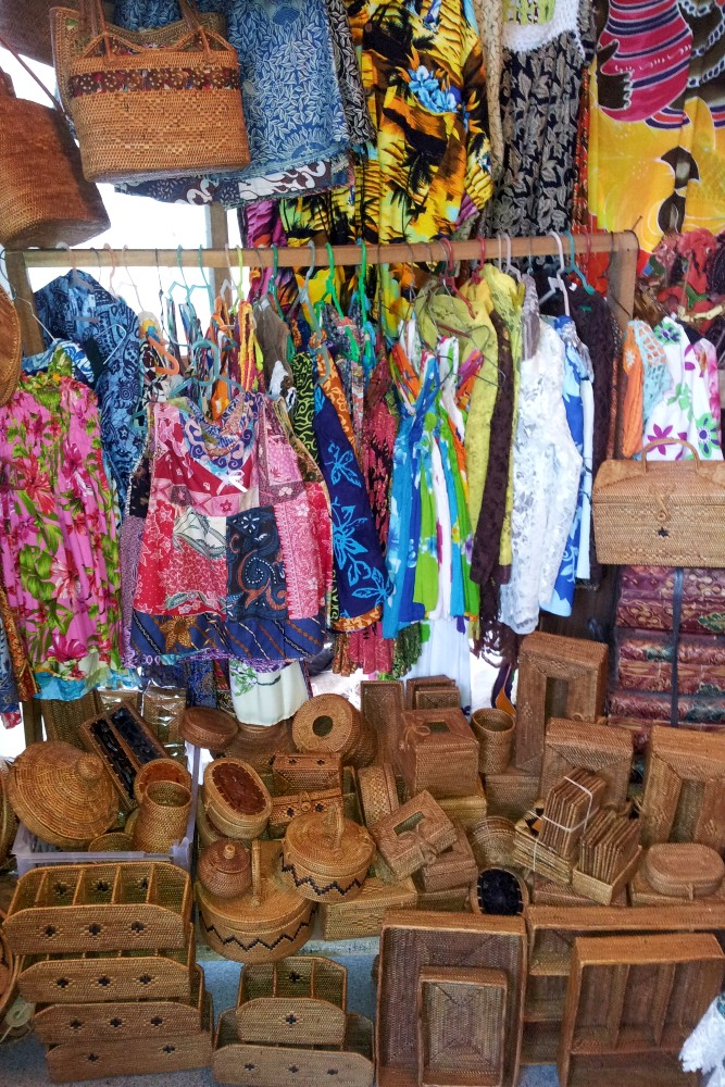 Viaggio a Bali: abiti colorati e borse in paglia al mercato cittadino di Ubud (Pasar Umum).