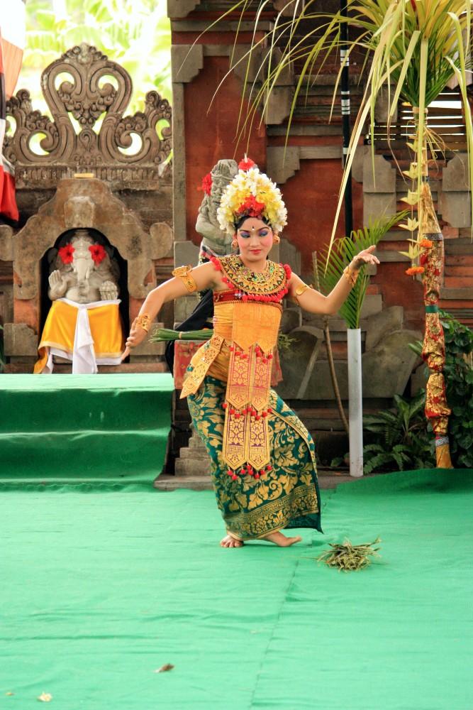Ballerina durante la danza Barong a Bali in Indonesia.
