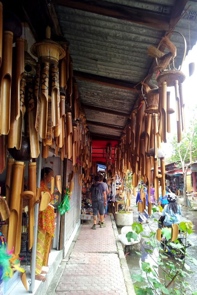 Campane a vento nel mercato di Sukawati vicino a Ubud a Bali, Indonesia.
