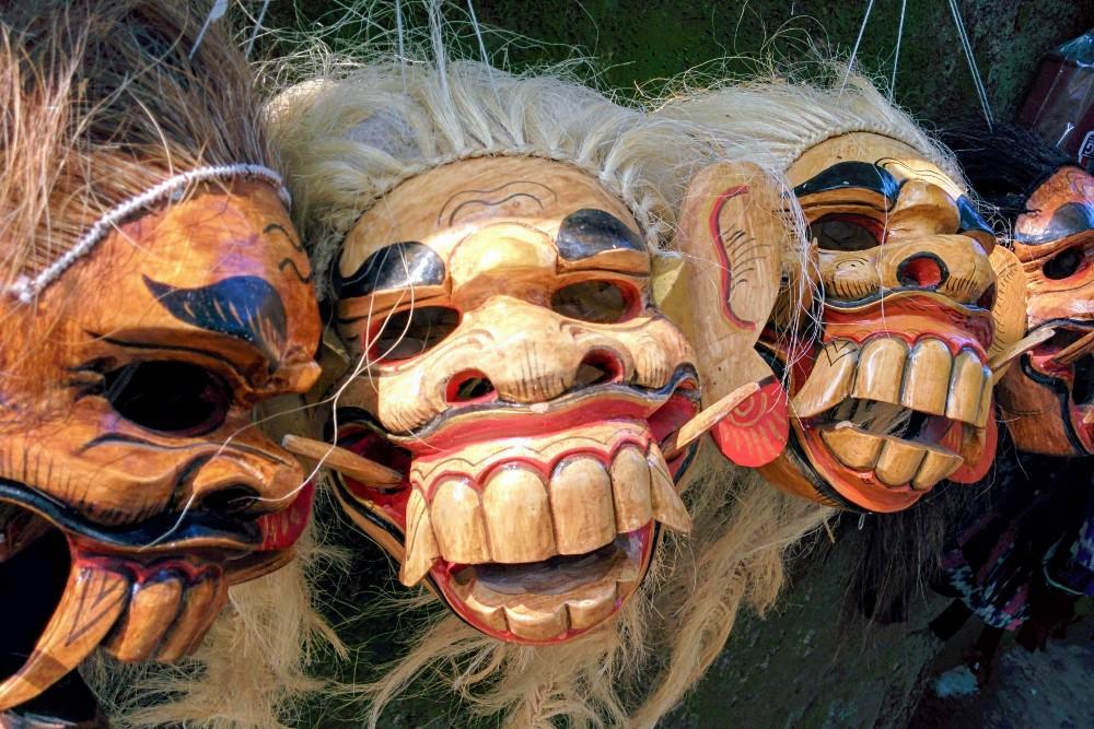 Maschere in legno nel mercato di Sukawati a Bali.