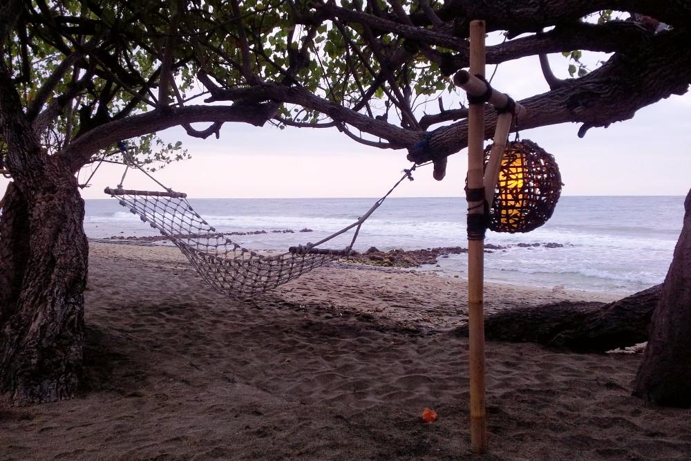 Amaca sulla spiaggia di Pemuteran a Bali in Indonesia.