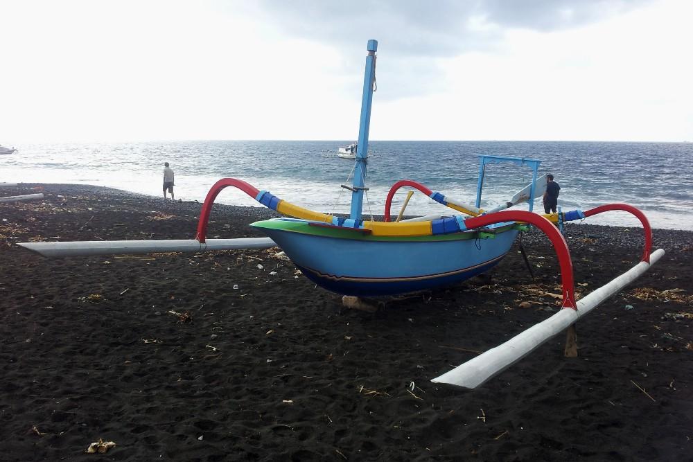 Tipica barca colorata dei pescatori sulla spiaggia di Kusamba a Bali, Indonesia.
