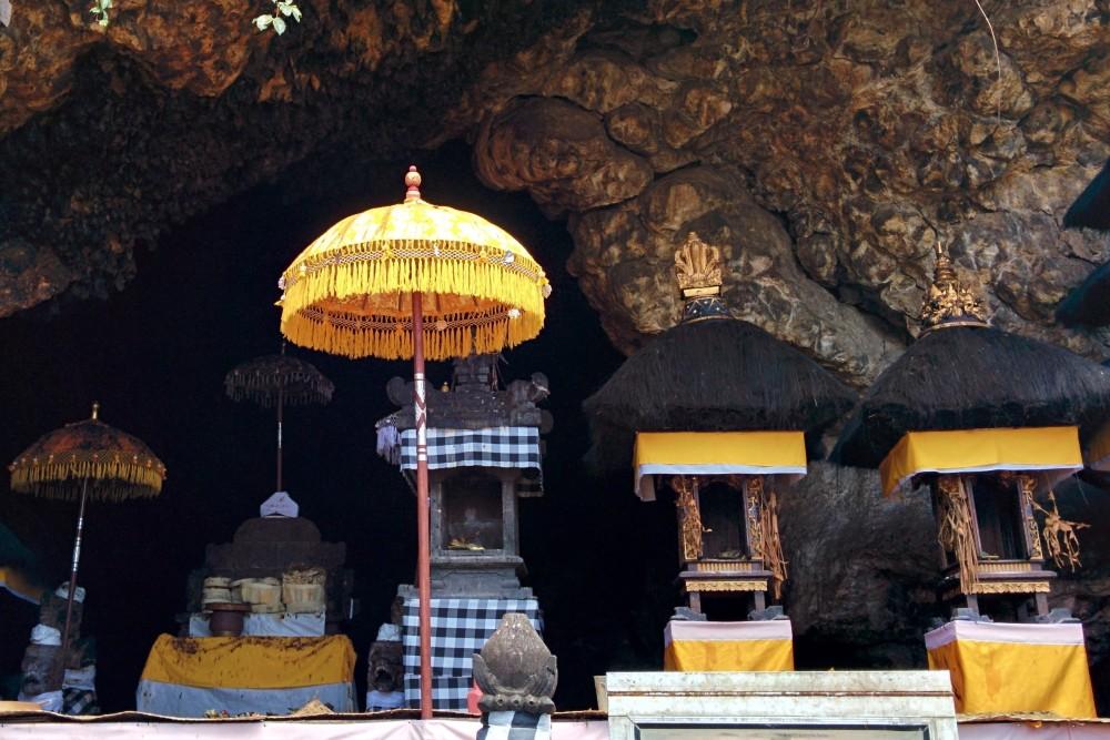Grotta con pipistrelli nel Pura Goa Lawah a Bali.
