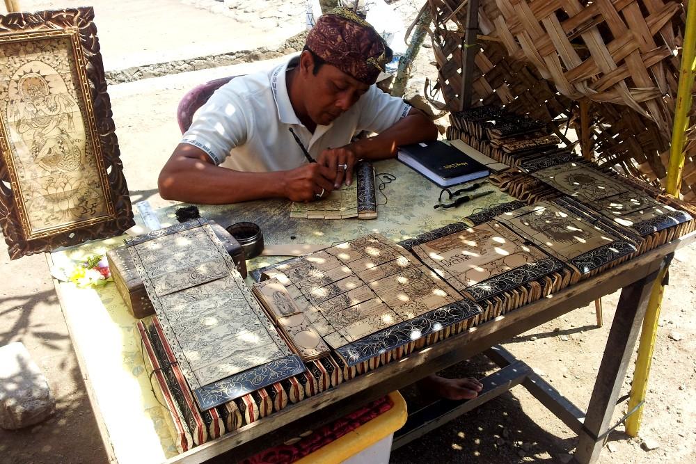 Scrittura dei tradizionali libri lontar nel villaggio di Tenganan a Bali in Indonesia.