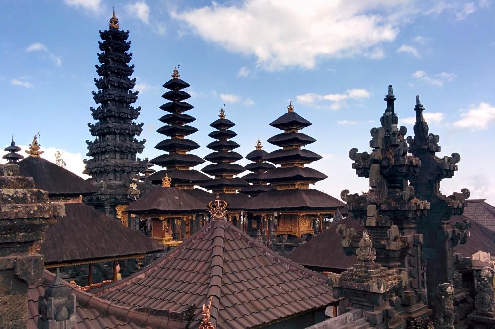Viaggio a Bali: tetti decorati e meru dei santuari del Pura Besakih.