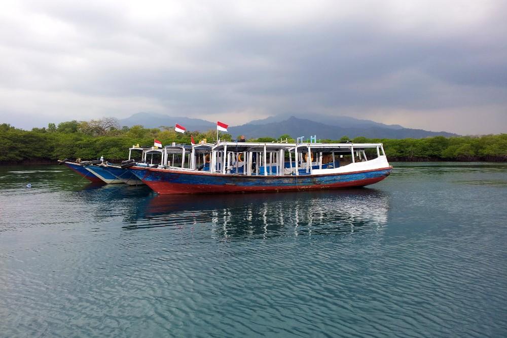 Barche in legno vicino a Pulau Menjangan nel Parco Nazionale di Bali Barat in Indonesia.