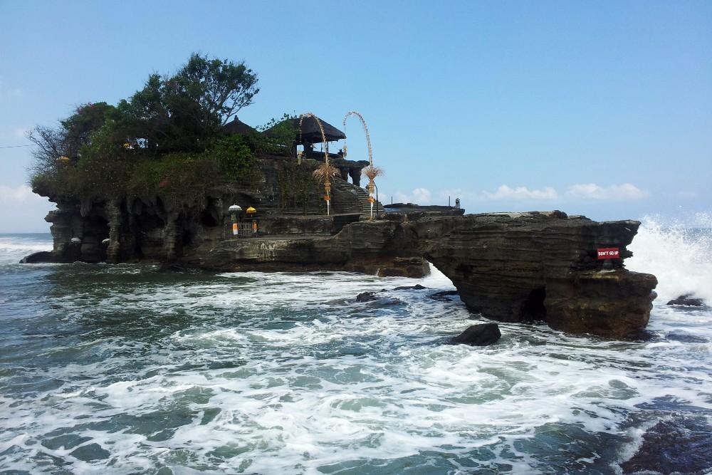 Viaggio a Bali: Pura Tanah Lot circondato dalle acque dell'Oceano Indiano.