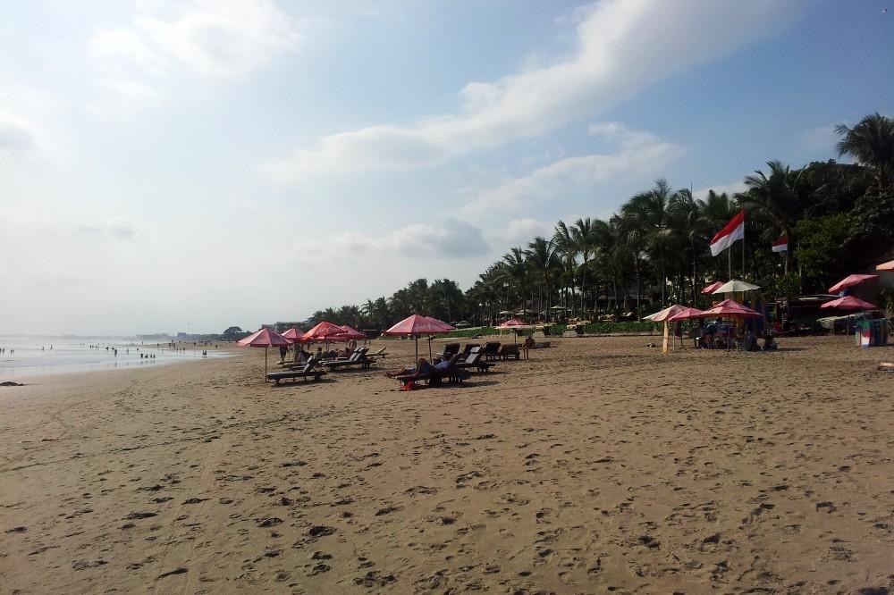 Spiaggia di Seminyak, una delle località più alla moda di Bali, Indonesia.