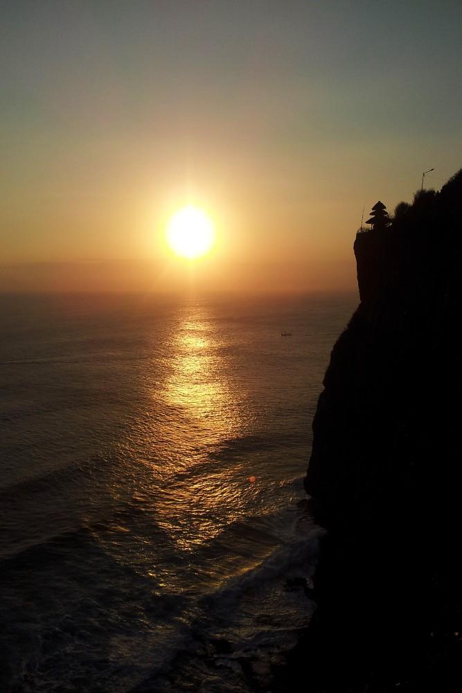 Viaggio a Bali: tramonto sulla scogliera del Pura Luhur Uluwatu.