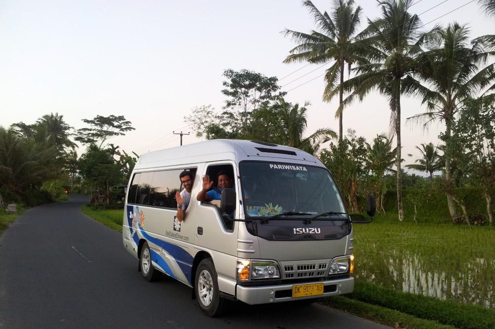 Tour di Bali con il pullmino dell'agenzia locale di Bali Safest Driver.