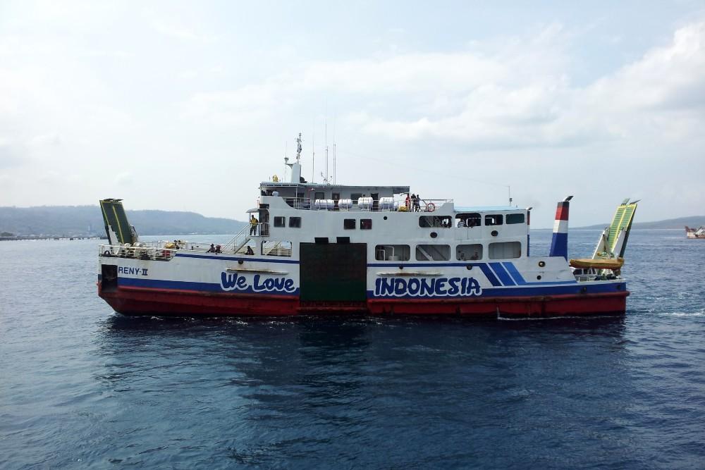 Nave che salpa dal porto di Ketapang a Giava per raggiungere il porto di Gilimanuk a Bali, Indonesia.