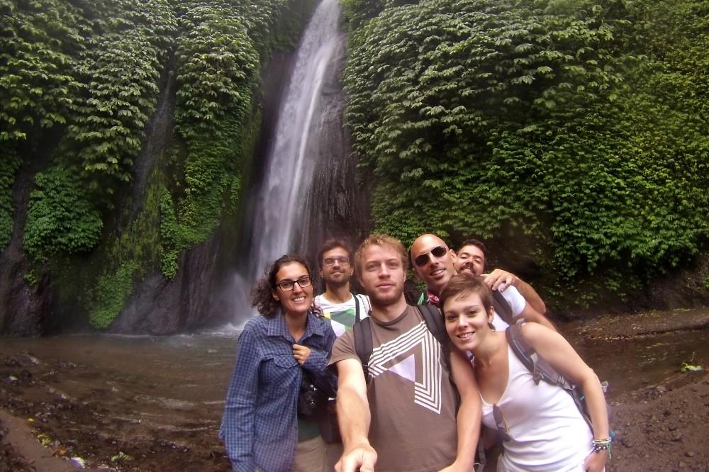 Gruppo di amici alle cascate di Munduk nelle Montagne Centrali di Bali in Indonesia.