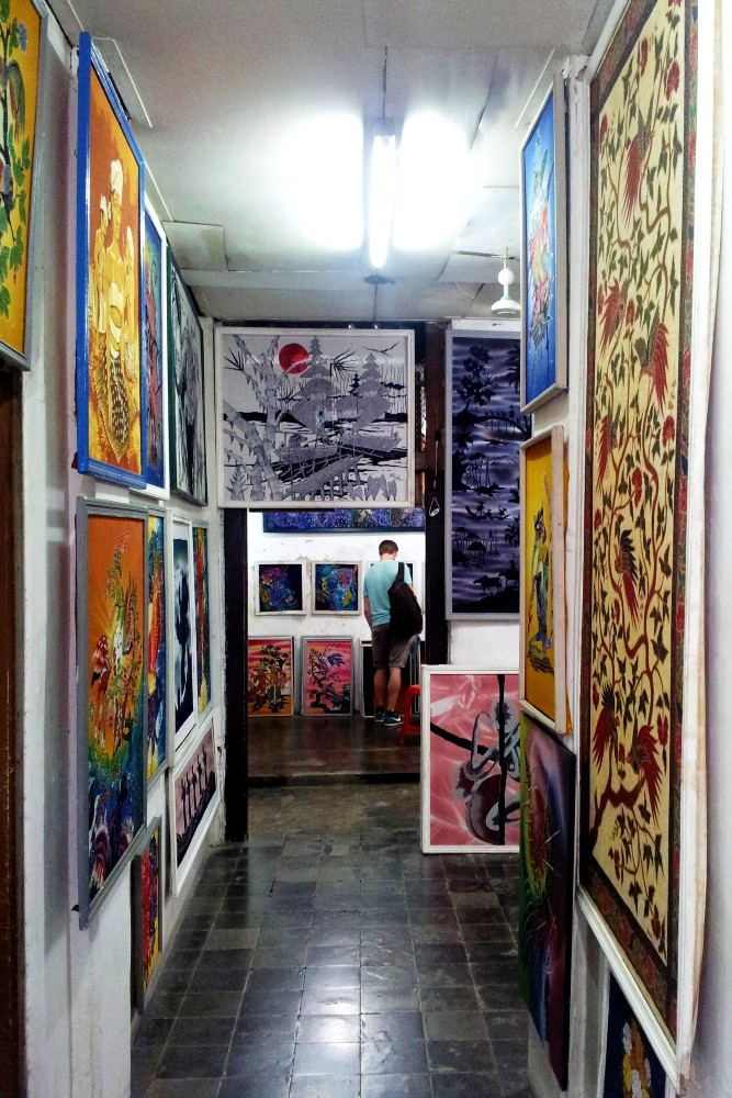 Galleria di batik indonesiani a Yogyakarta sull'Isola di Giava.
