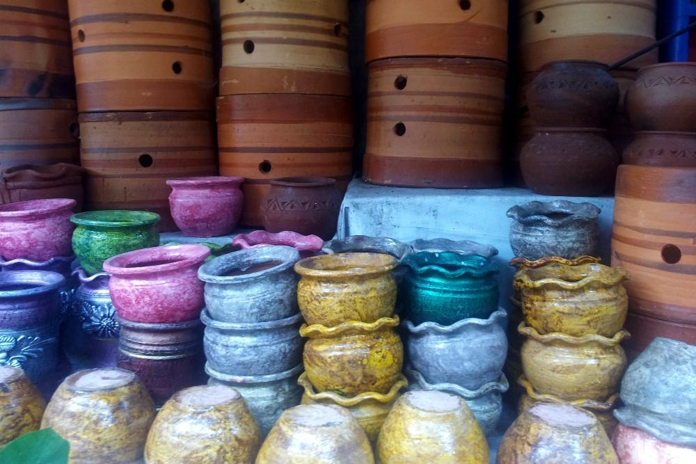 Vasi per piante al Pasar Bunga, il mercato dei fiori di Malang, a Giava in Indonesia.