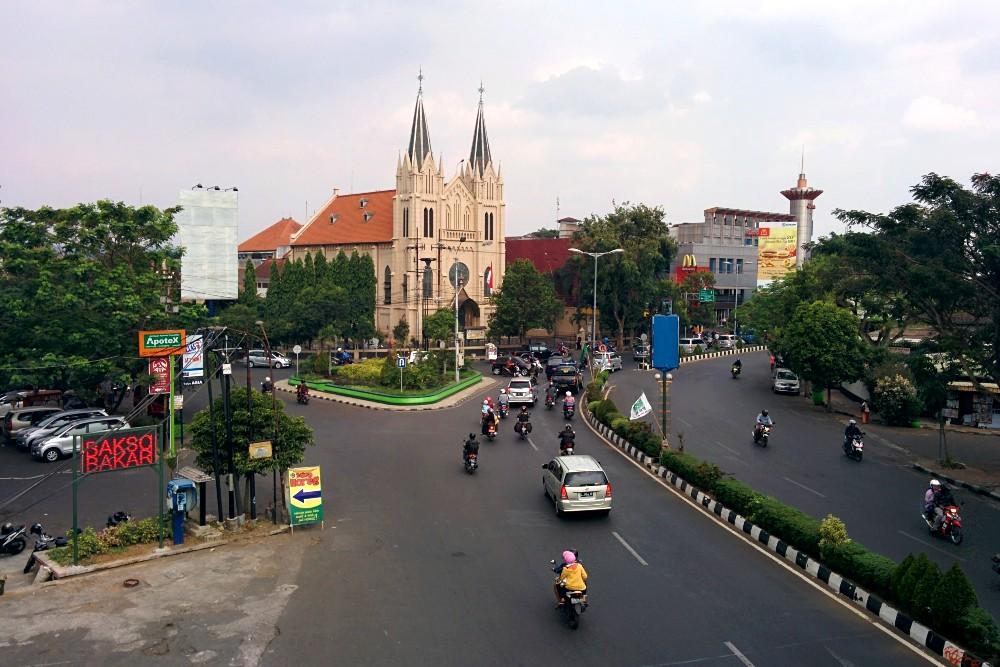 Strada per andare al Pasar Besar di Malang con una chiesa in stile gotico sullo sfondo.