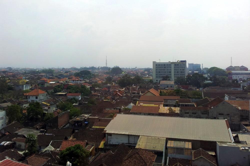 Veduta sui tetti di Malang dalla camera dell'Ibis Styles Malang a Giava in Indonesia.