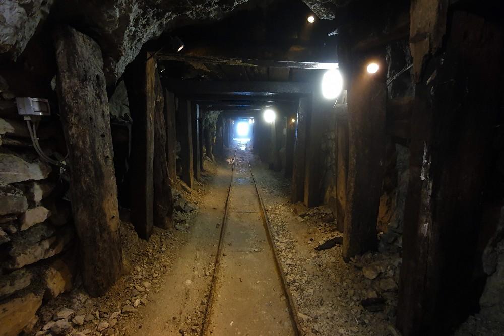 Interno della Miniera della Bagnada nella visita durante il weekend di gruppo in Valmalenco, Italia.
