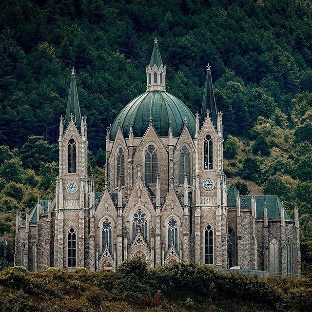 Guglie verdi del Santuario della Madonna Addolorata di Castelpetroso in Molise.