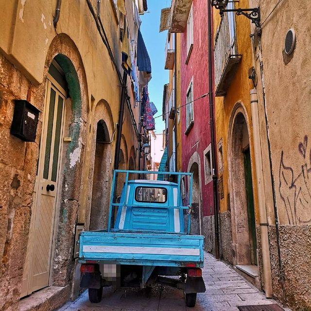 Vicoli con case colorate ad Isernia che scopriremo nel viaggio di gruppo in Molise.