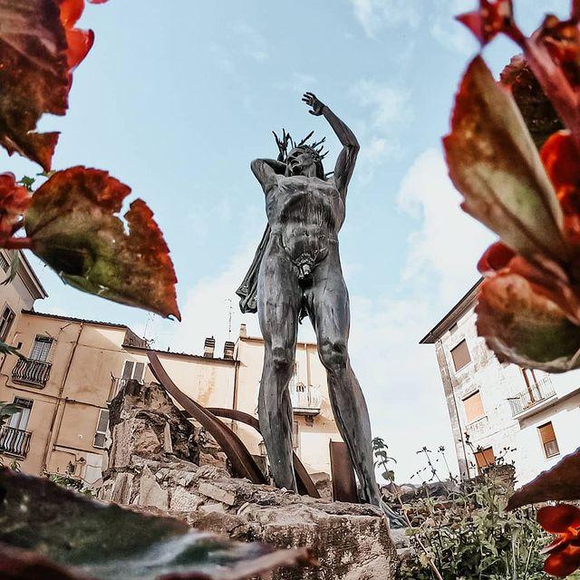 Statua ai caduti del X settembre di Isernia in Molise.