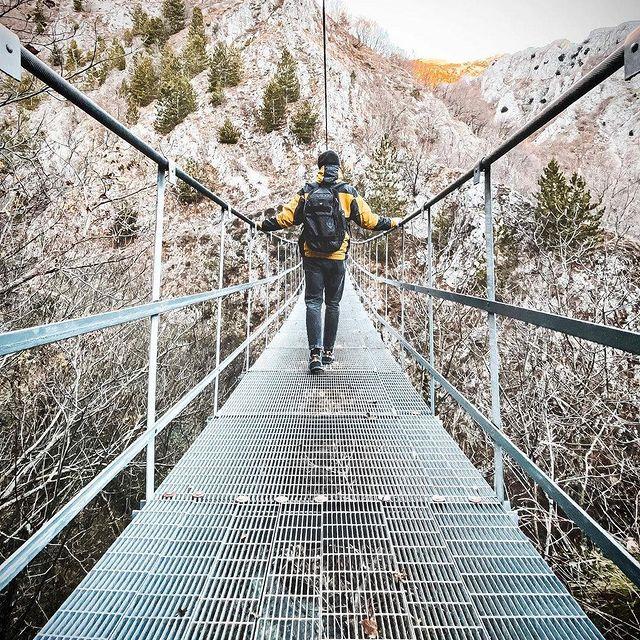 Ponte tibetano di Roccamandolfi che attraverseremo nel viaggio di gruppo in Molise.